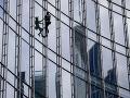 FOTO Francúzsky pavúčí muž vyliezol na budovu vo Frankfurte: Na zemi ho už čakala polícia