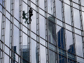 Francúzsky pavúčí muž vyliezol na budovu vo Frankfurte