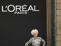 Helen Mirren sa prešla po móle bosá.