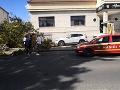 V Nitre na ulici Fraňa Mojtu vyvalilo strom, zničil murovaný plot a zablokoval jeden pruh na ceste.