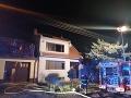 PRÁVE TERAZ Hasiči zasahujú pri požiari domu v Modre