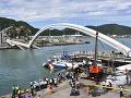 Na Taiwane sa zrútil most na člny s ľuďmi: VIDEO osudného momentu, cisterna už nestihla prejsť