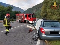 Strašná tragédia: Z plošiny nákladiaka sa vysypalo drevo, pod ním v osobnom aute zomrel školák