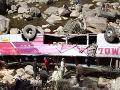 Tragický pád autobusu do rokliny: Najmenej 28 ľudí je mŕtvych