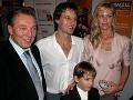 Karel Gott sa stretol na premiére muzikálu Traja muškieri v Prahe s Paľom Haberom a jeho rodinou v roku 2004.