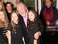 Karel Gott so svojimi dcérami Charlotte Ellou a Nelly Sofiou na premiére rozprávky Keď draka bolí v hlava v pražskom kine v roku 2018.