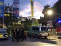 Pri streľbe na parkovisku zahynul jeden muž: Ďalší je vážne zranený, páchateľov zadržali