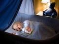 Odborníci varujú rodičov: Pozor na závesy nad postieľkami, deťom ide o život!