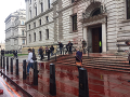 Aktivisti sa snažili postriekať budovu ministerstva financií