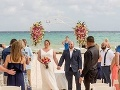 Mladomanželia si užívali romantickú svadbu na pláži: Ale čo ten otrasný DETAIL v pozadí!