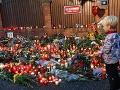 Na Bertramke, kde žil Karel Gott so svojou manželkou a dcérami, zapaľujú fanúšikovia sviečky a nosia kvety, aby si uctili jeho pamiatku.