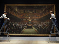 FOTO Banksyho obraz opíc rokujúcich v britskom parlamente vydražili za rekordnú sumu