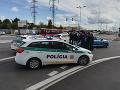 VIDEO Policajný zásah v Bratislave spôsobil dopravný chaos: V putách skončili dvaja muži
