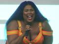 Speváčky v sexi kostýmoch: XXL kolegyňa nezaostávala - Uff!
