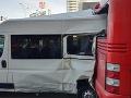 Desivá nehoda v Bratislave: FOTO Dodávku odhodilo do autobusu, zo slov svedka mrazí
