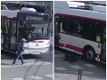 Školák sa vôbec nerozhliadol: Drsné VIDEO, ako ho zrazil trolejbus, policajti ho zverejnili ako výstrahu