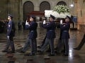 Vojaci čestnej stráže vyniesli rakvu.