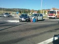V Beharovciach sa pred hasičskou stanicou zrazili dve autá: FOTO Zranili sa aj tri deti