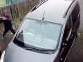 VIDEO Zlodej chcel tehlou vybiť okno na aute: Karma zasiahla, trpko to oľutoval