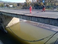 FOTO Pri Strážskom sa zrútila časť mosta: Na to, že sa s ním niečo deje, upozornil jeden z občanov