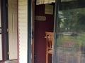 Cap rozbil sklenené dvere a vošiel dnu