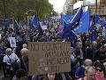 Tisíce ľudí pochodujú mestom smerom k parlamentu