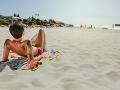VIDEO Turistka sa opaľovala na pláži: Našla prázdnu fľašu, no keď sa prizrela bližšie... preboha!
