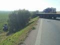 PRÁVE TERAZ Cesta za Senicou je uzavretá: FOTO Po kolízii s kamiónom auto odhodilo do poľa