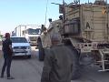 VIDEO Nahnevaní Kurdi hádzali zemiaky do amerických vojakov sťahujúcich sa do Iraku
