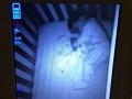 Matka sa zhrozila pri pohľade na postieľku, v ktorej spal jej syn: Čo to, preboha, leží vedľa neho?