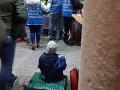 FOTO, ktoré drásajú srdce: Chlapček sa stravuje na ulici, je to národná hanba!