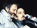 Herci Milan Lasica (vľavo) a Jaroslav Filip spievajú na demonštrácii v Bratislave 26. novembra 1989 na Námestí SNP v Bratislave.