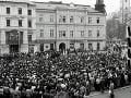 Zhromaždenie študentov vysokých škôl na Námestí SNP v Banskej Bystrici 21. novembra 1989.