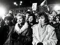 Na manifestácii v Košiciach 1. decembra 1989, ktorú zvolalo Občianske fórum ( OF ), sa zišlo na Leninovej ulici niekoľko tisíc Košičanov.