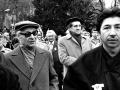 Solidaritu s rumunským ľudom, ktorý prežíval občiansku vojnu, prišli 23. decembra 1989  na bratislavské Námestie SNP pokojnou manifestáciou vyjadriť tisíce obyvateľov hlavného mesta SR. Zhromaždenie zorganizovala Verejnosť proti násiliu. Na snímke Ján Budaj (vpravo) a Alexander Dubček (vľavo) medzi manifestujúcimi.