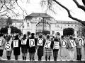 Reťaz študentov pred Úradom vlády SSR na Gottwaldovom námestí (dnešné Námestie slobody) v Bratislave 7. decembra 1989. Podujatie zorganizoval Celoslovenský koordinačný výbor vysokoškolákov.
