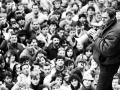 Desaťtisíce Bratislavčanov sa 27. novembra 1989 v popoludňajších hodinách zišli na mohutnej  manifestácii na Námestí SNP. Na snímke Milan Kňažko.