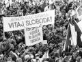 Učastníci generálneho štrajku na Námestí SNP v Banskej Bystrici.