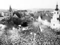 Pohľad na manifestáciu desaťtisícov Bratislavčanov 24. novembra 1989 na námestí SNP.
