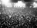 Bratislavské Námestie SNP počas povolenej manifestácie študentov a ďalších obyvateľov hlavného mesta Slovenska 22. novembra 1989.
