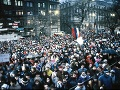 Zhromaždenie občanov v Bratislave 9. decembra 1989 na Námestí SNP. Zhromaždenie pripravil Koordinačný výbor občianskej iniciatívy Verejnosť proti násiliu.