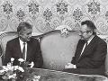 Prvý ponovembrový predseda vlády Slovenskej socialistickej republiky Milan Čič prijal 18. decembra 1989 v Bratislave ministra zahraničných veci ČSSR Jiřího Dienstbiera (vľavo).
