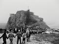 Pod starobylým Devínom, symbolom Veľkej Moravy a pamätníkom známych štúrovských vychádzok zišli sa - 6. decembra 1989 napriek nepriaznivému počasiu popoludní asi dvetisíc študentov bratislavských vysokých škôl. Na zhromaždení vyjadrili túžbu, aby sa aj udalosti týchto dní zapísali do dejín hradu ako kapitola vytrvalého boja všetkých študentov za obrodu spoločnosti. Po sľube vernosti národu, vlasti, demokracii, tolerancii, ľudskosti, bratstvu, rovnosti a ich mladým ideálom vytvorili dlhú ľudskú reťaz, ktorá symbolicky obišla hrad.