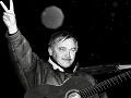 Námestie SNP v centre Bratislavy sa 9.decembra 1989 opäť zaplnilo občanmi, ktorí pokojnou manifestáciou vyjadrili nesúhlas s odďaľovaním plnenia požiadaviek občianskej iniciatívy Verejnosť proti násiliu a študentského hnutia. Na snímke český pesničkár Karel Kryl, ktorého privítali účastníci veľkým aplauzom.