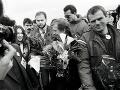 Václav Havel priletel 20. decembra 1989 do Košíc. Na snímke privítanie V. Havla (uprostred) na letisku v Košiciach, vpravo je Milan Kňažko.