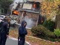 Hrôzostrašný pád malého lietadla na dom: VIDEO mohutného požiaru, pilot je nezvestný