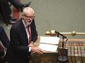 Úspešné hlasovanie po mesiacoch patovej situácie: Briti schválili predčasné voľby v decembri