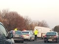 AKTUÁLNE Chaos na cestách začína: Na D1 pri Voderadoch sa zrazila dodávka a dve autá