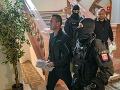 Polícia eskortuje obvinených zo