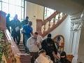 Polícia eskortuje obvinených zo skupiny tzv. takáčovcov v priestoroch Špecializovaného trestného súdu v Banskej Bystrici